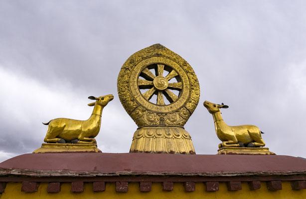 Alusión al Sermón de Benarés mediante dos venados y la rueda del Dharma sobre un loto. Templo Jokhang, Lhasa, Tíbet.