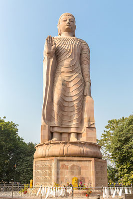 Escultura gigante de Buda junto al templo Wat Thai Sarnath en Sarnath, Varanasi, Uttar Pradesh, India