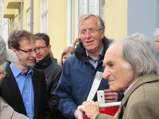Marcus Neumann und Peter Riehl (Lehrer der ASS) mit Arno Stren