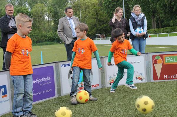 Im Soccer-Ei bleiben die Bälle im Rund und sind leicht wieder einzufangen. (Foto: Antje Pflips)