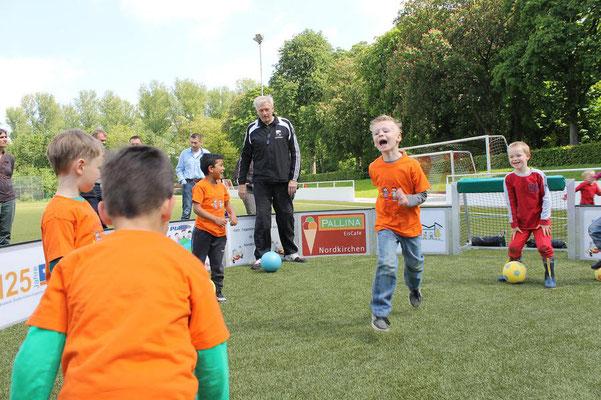 Spaß am Fußball im kleinen Rund haben die Kinder von Anfang an. (Foto: Antje Pflips)