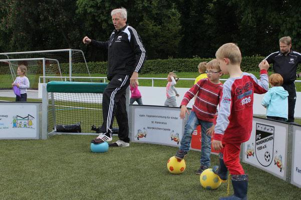 """""""Frikadellen drehen"""" nennt Ulrich Wannigmann diese Ballübung, die für Koordination steht. (Foto: Antje Pflips)"""