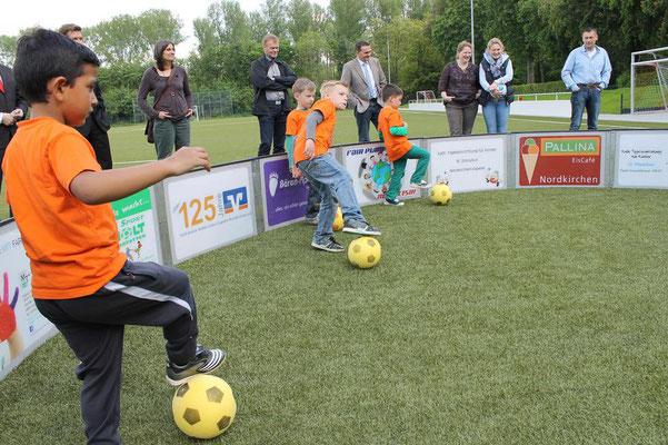 """""""Frikadellen formen"""" nannte Wannigmann diese Übung mit dem Ball. (Foto: Antje Pflips)"""