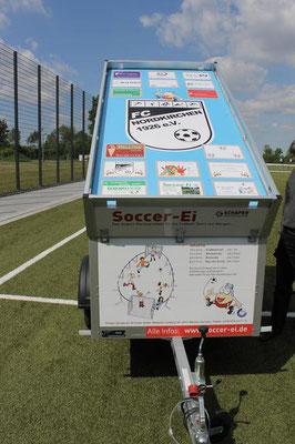 Der Lagerraum für das mobile Soccer-Ei befindet sich auf einem Hänger mit dem schönen Kennzeichen LH-FC 1926. (Foto: Antje Pflips)