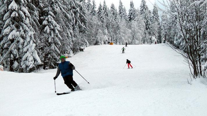 Blick zur Skipiste Nord Winterwanderung von der Ochsenkopfseilschwebebahn Talstation Nord in Bischofsgrün hoch auf den Ochsenkopf 1024 m