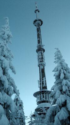 Blick zum Ochsenkopfsender Winterwanderung von der Ochsenkopfseilschwebebahn Talstation Nord in Bischofsgrün hoch auf den Ochsenkopf 1024 m