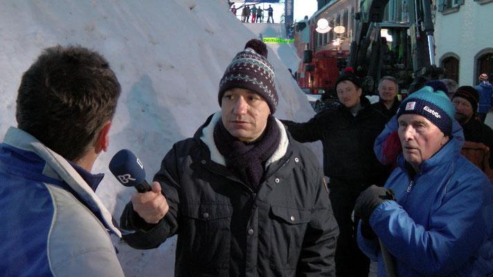 Schneemannbauer im Interview mit dem BR-Rundfunk Schneemannbau Rekord gebrochen Riesenschneemann Jakob  feiert sein 30 jähriges Jubiläum in Bischofsgrün 2015  12,65 Meter hoch und 29,80 Meter Umfang