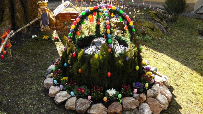 Osterbrunnen in der Entenmühle im Naturpark Fichtelgebirge