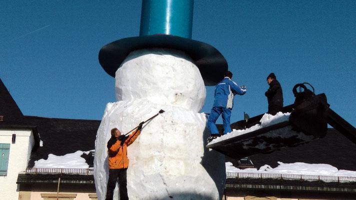 Schneemannbau Rekord gebrochen Riesenschneemann Jakob  feiert sein 30 jähriges Jubiläum in Bischofsgrün 2015  12,65 Meter hoch und 29,80 Meter Umfang
