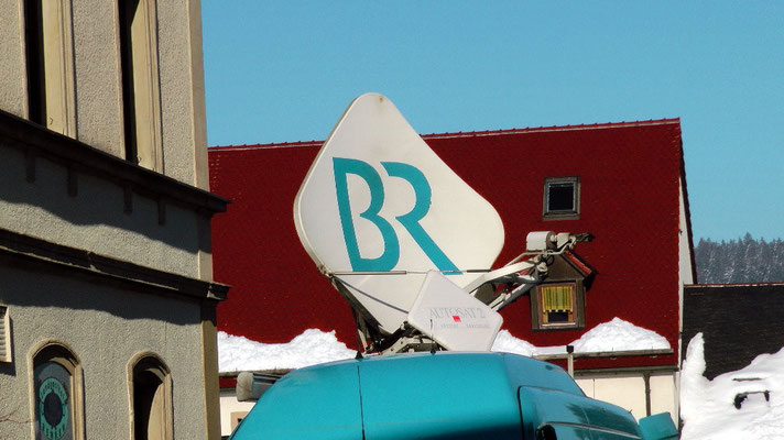 BR-Rundfunk Schneemannbau Rekord gebrochen Riesenschneemann Jakob  feiert sein 30 jähriges Jubiläum in Bischofsgrün 2015  12,65 Meter hoch und 29,80 Meter Umfang