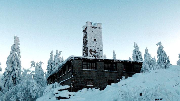 Blick zum Asentrum Winterwanderung von der Ochsenkopfseilschwebebahn Talstation Nord in Bischofsgrün hoch auf den Ochsenkopf 1024 m