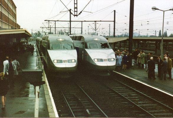 """A gauche rame 516 """"Douai"""" - A droite rame 528 à destination de Cambrai pour être baptisée """"Cambrai"""""""