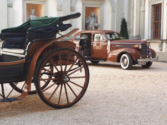 Oldtimer zum Mieten vor Palast Hohenems