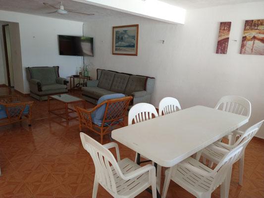 Amplia estancia sala-comedor con vista hacia el mar