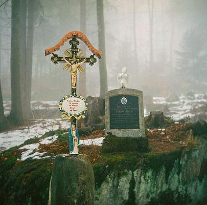 Grabmal im Wald für einen Soldaten aus den ersten Weltkrieg.