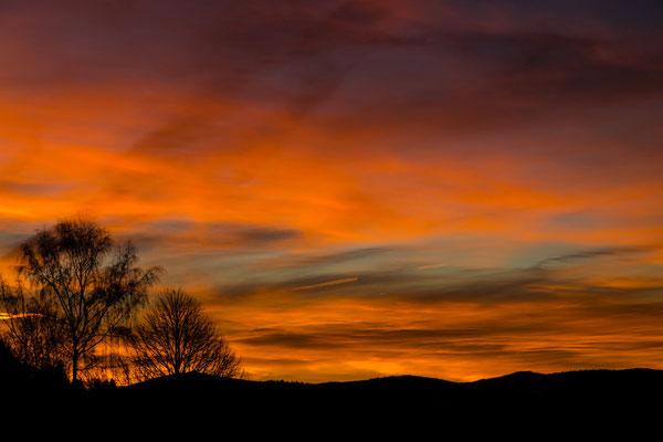 Ein wunderschöner Sonnenaufgang über Bischofsmais in Bayerischen Wald.