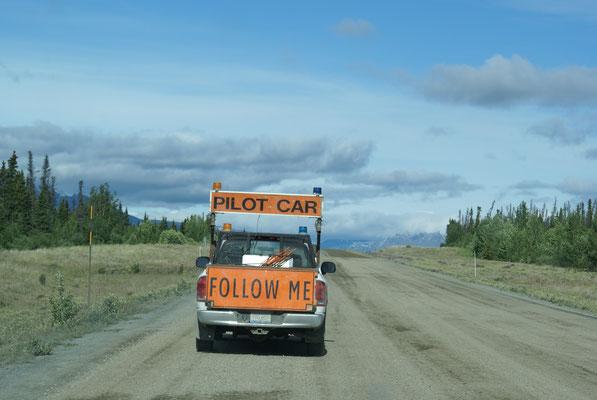 Bauarbeiten an der Alaska Hwy. wir werden von einem Pilot Car durch die Baustelle geführt !!