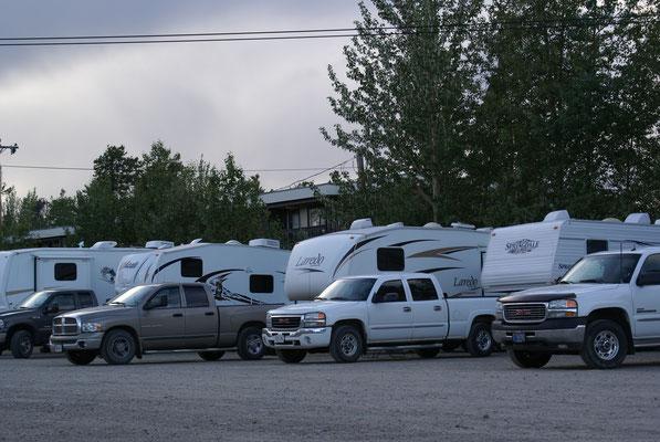 Campground in Watson Lake oder doch nur Parkplatz? Es ist ein Campground auch nicht gerade billig mit 35 $ aber wir möchten nach der Cassiar Hwy wieder einmal waschen, Duschen und einkaufen für die Weiterreise, somit bleiben wir für eine Nacht hier.