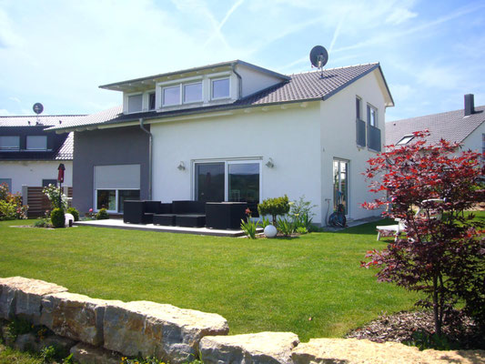 Garten und Terrasse eines Wohnhauses