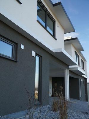 Vorderansicht eines modernen Doppelhauses im Bauhausstil