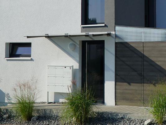 Haustür und Eingangsbereich eines Mehrfamilienhauses