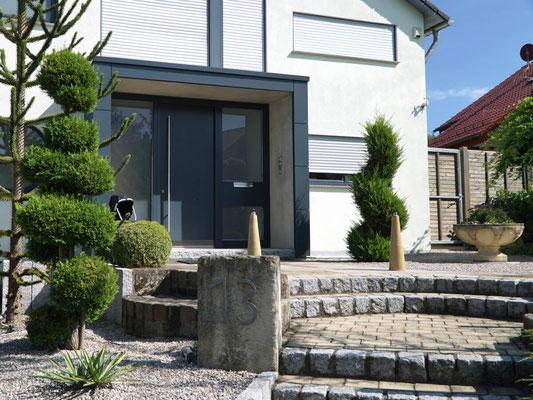 Haustür und Eingangsbereich eines Einfamilienhauses