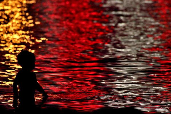 Baignade nocturne dans les lumières de la ville, Cannes.