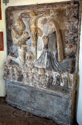 Grabplatte: Ritter im Gebet mit Gottesmutter