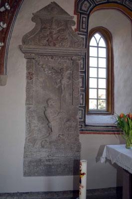 Grabplatte: Ritter in der Anbetung vor dem Kreuz Christi