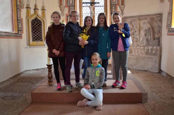 Gruppenbild vor dem Altar der Dorfkirche