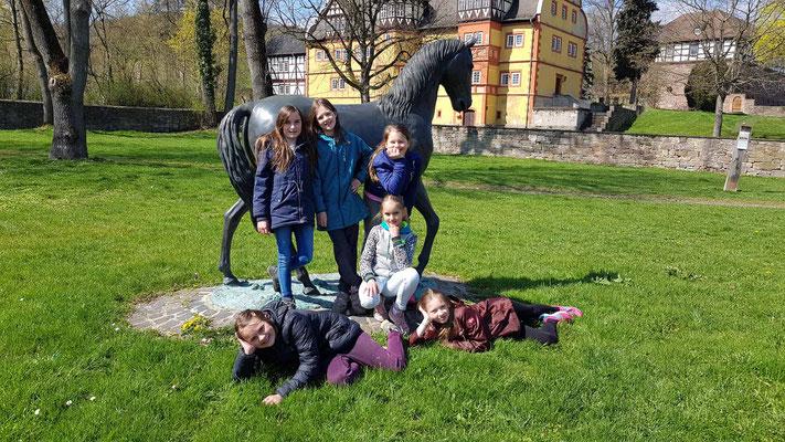 Die Bloggerinnen vor dem Pferd im Schlosspark
