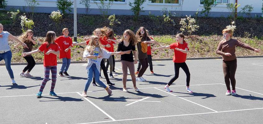Mama mia - Tanzflash auf dem Schulhof