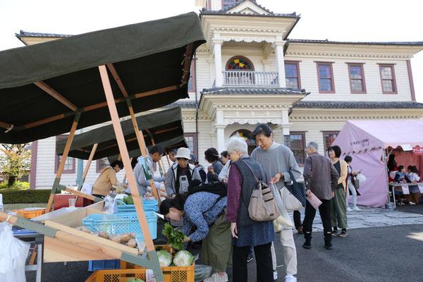 こおりマルシェ<br>地元農産物、菓子が販売されました。