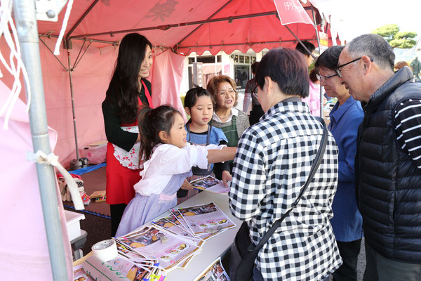 ママキャン(ママがつくる地域のキャンパス)の皆さんが考案したオリジナルスイーツを子供たちと提供しました。