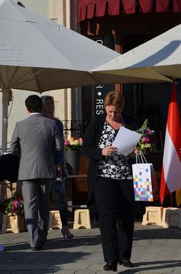 Spartenleiterin Elisabeth MÜLLER nimmt die Ehrungen für