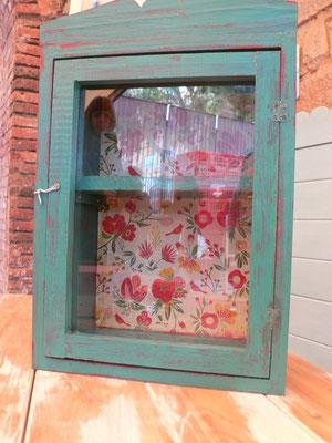 Mueble con vidrio pintado en verde i con papel de colores Ref: D02