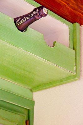 Botellero hecho a mano y pintado en verde. Ref: D17