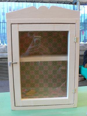 Mueble con vidrio pintado en blanco y papel de colores Ref: D06