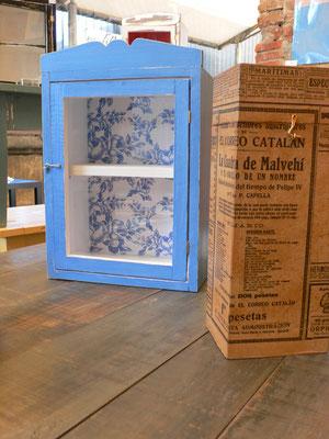 Mueble con vidrio pintado en azul y papel de colores Ref: D04