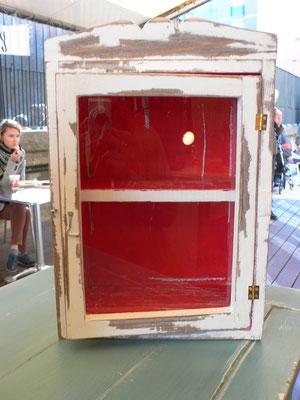 Mueble con vidrio pintado en blanco e interior en rojo Ref: D05