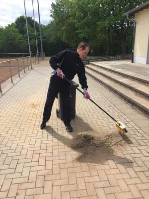 SSV-Geschäftsführer Thomas Wicht packt auch mit an. (Alle Fotos: SSV Heimerzheim/Kuczinski/Wicht)