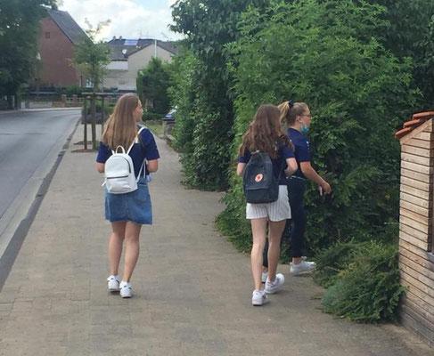 Die Mädchen verteilten die Flyer im Dorf