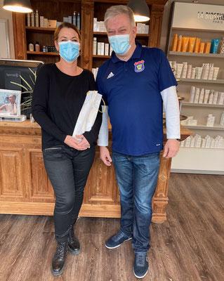 SSV-Geschäftsführer Franik Kuczinski besuchte Friseurmeisterin Andrea Schendel zur Geschäftseröffnung.