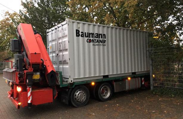 Der Fahrer der Firma Baumann Container bewältigte gleich mehrere Engpässe mit Erfahrung und Augenmaß.