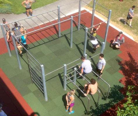 So könnte das Calistenics-Training am Fitness-Outdoor-Parcours aussehen. (Foto: GSV/Broschüre Anbieter)