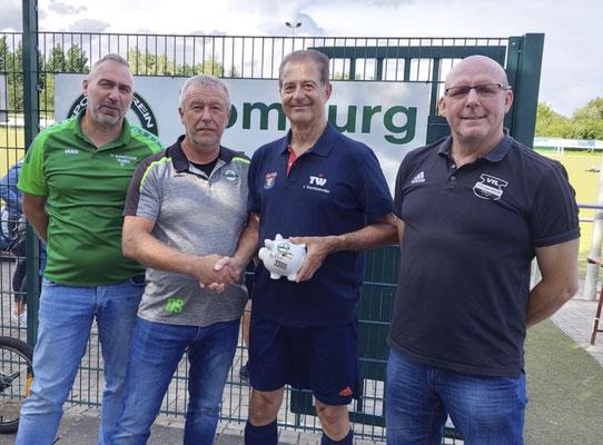 Mit einem gut gefüllten Spendensparschwein nach dem Spiel(von links): Rolf Strick (2. Vorsitzender SV Wormersdorf), Dieter Spillmann (1. Vorsitzender SV Wormersdorf), Thomas Wicht (1. Vorsitzender SSV Heimerzheim und Schiedsrichter des Pokalspiels) und Be