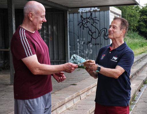 Thomas Wicht (re.) dankte Thomas Büqué für sein großes Engagement als Trainer und überreichte ein Präsent des Vorstands. (Alle Fotos: Kuczinsiki/SSV)
