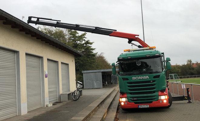 Der lange Ausleger platzierte den Container auf den vorgesehenen Platz