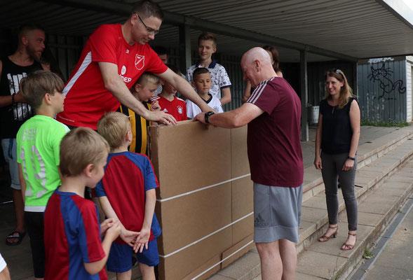 Co-Trainer, Kinder und Eltern hatten für Thomas ein Abschiedsgeschenk vorbereitet.