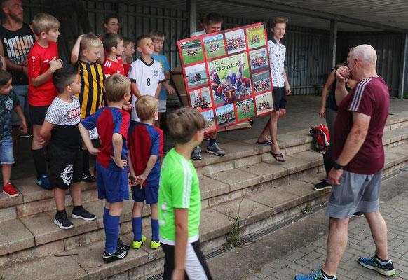 Fotos von besonderen Spielen der Mannschaft auf einem Poster
